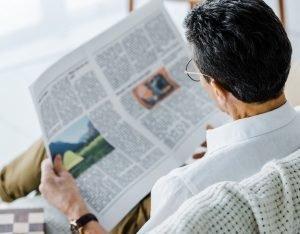 ສື່ໃໝ່ທ້າທາຍສື່ເກົ່າ - man reading newspaper 300x234 - ສື່ໃໝ່ທ້າທາຍສື່ເກົ່າ