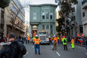 - 0 Workers prepare to move a 139 year old Victorian house to a new location in San Francisco 300x200 - ເຄື່ອນຍ້າຍເຮືອນເກົ່າແກ່ອາຍຸ 139 ປີ ຢູ່ອາເມລິກາ
