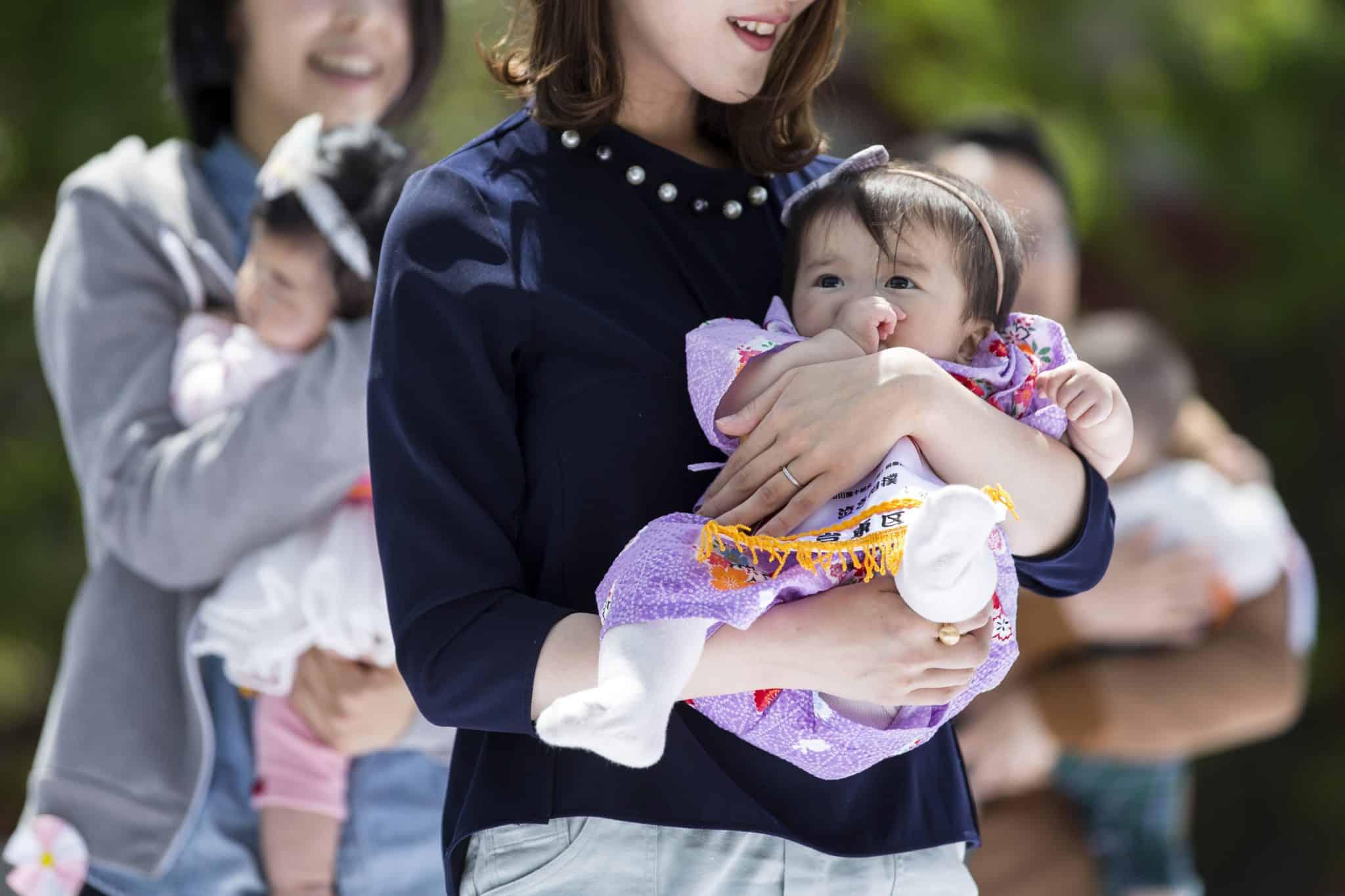 ສ.ເກົາຫລີ ປະຊາກອນຫລຸດລົງ ເພາະມີຄົນຕາຍຫລາຍກວ່າເກີດໃໝ່ - 190708092510 japan mother scaled - ສ.ເກົາຫລີ ປະຊາກອນຫລຸດລົງ ເພາະມີຄົນຕາຍຫລາຍກວ່າເກີດໃໝ່