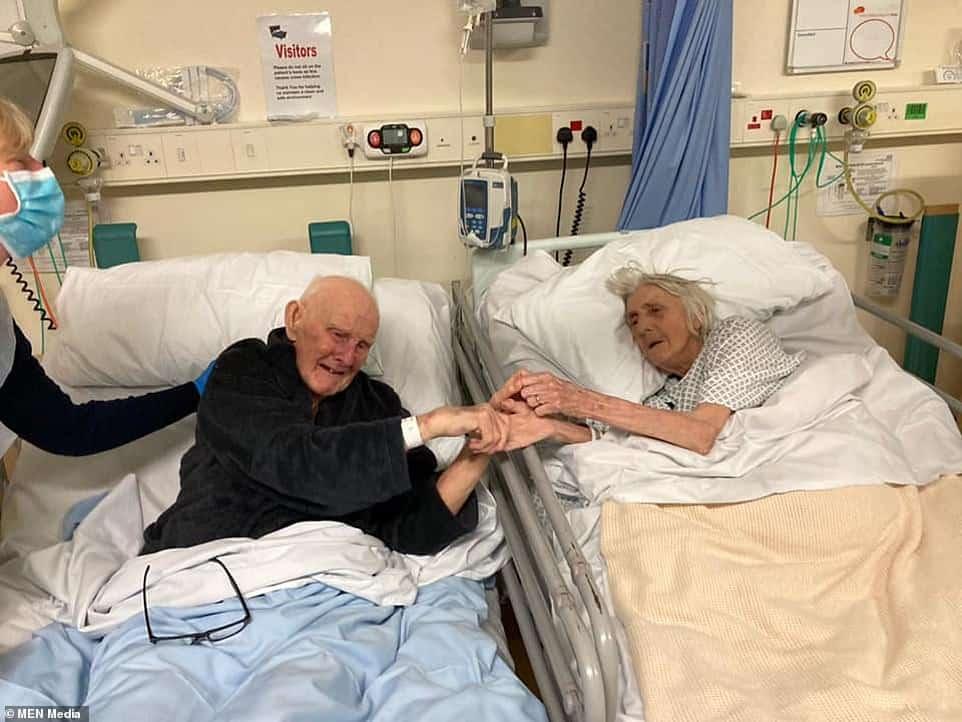 ຈັບມືກັນຈົນວິນາທີສຸດທ້າຍ ໂຄວິດເອົາຊີວິດຄູ່ຮັກອາຍຸ 91 ປີ - 39061396 9239983 Margaret and Derek Firth both 91 died in Trafford General Hospit a 30 1612875306091 - ຈັບມືກັນຈົນວິນາທີສຸດທ້າຍ ໂຄວິດເອົາຊີວິດຄູ່ຮັກອາຍຸ 91 ປີ