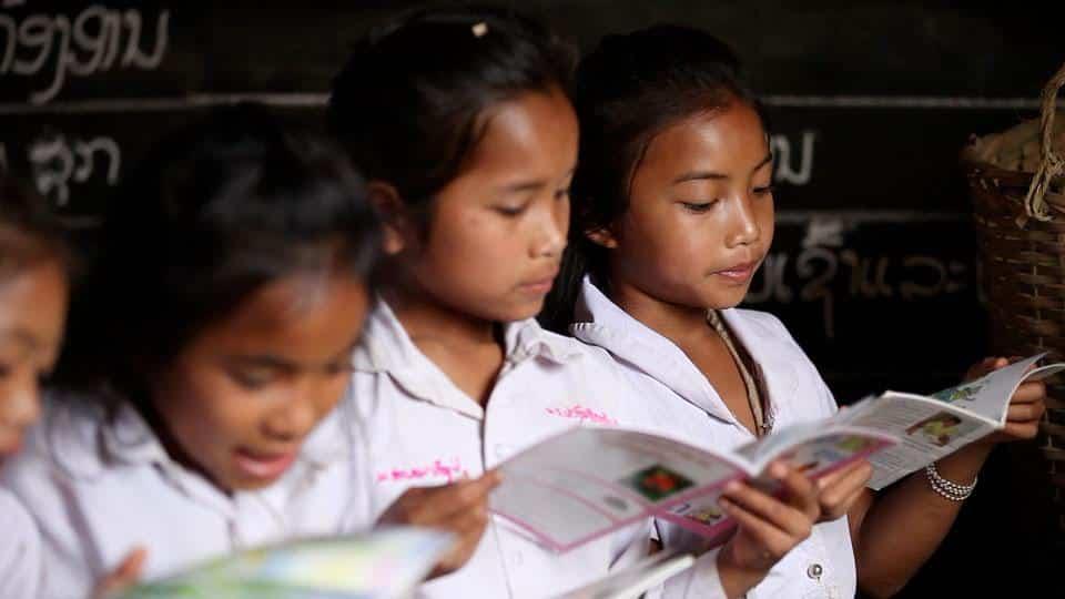 ຜົນການຮຽນຮູ້ພາສາລາວ ແລະ ຄະນິດສາດຂອງນັກຮຽນ  ຂັ້ນປະຖົມ ແລະ ມັດທະຍົມ ຢູ່ ສປປ ລາວ ຂ້ອນຂ້າງຕໍ່າ - lao girls reading - ຜົນການຮຽນຮູ້ພາສາລາວ ແລະ ຄະນິດສາດຂອງນັກຮຽນ  ຂັ້ນປະຖົມ ແລະ ມັດທະຍົມ ຢູ່ ສປປ ລາວ ຂ້ອນຂ້າງຕໍ່າ